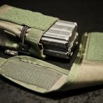 DCMP-L (Ranger Green) - widok z boku, z magazynkami AR - klapka zdemontowana.