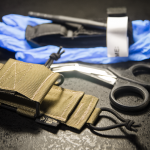 TSG z pełnym zestawem: nożyczkami ratowniczymi, rękawiczkami oraz stazą.